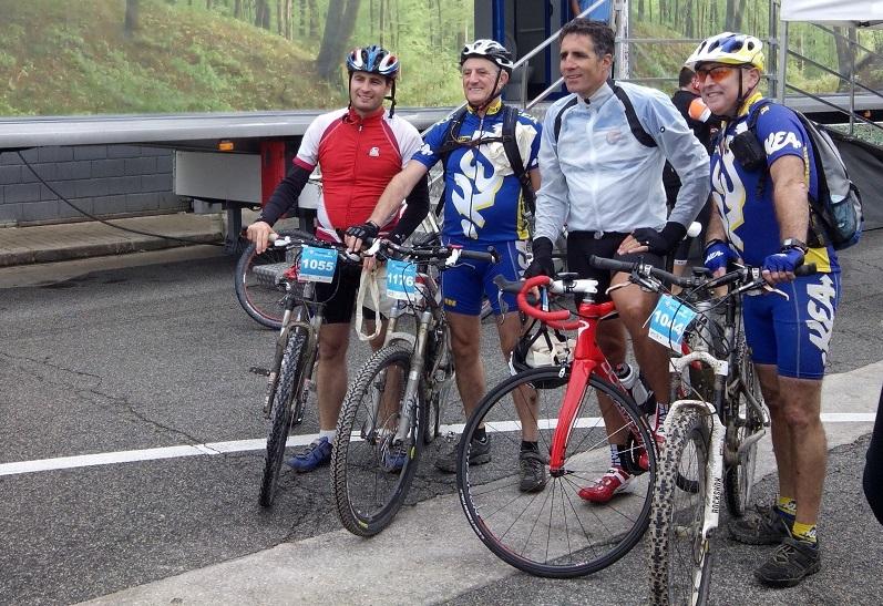 Ciclistas con Miguel Indurain
